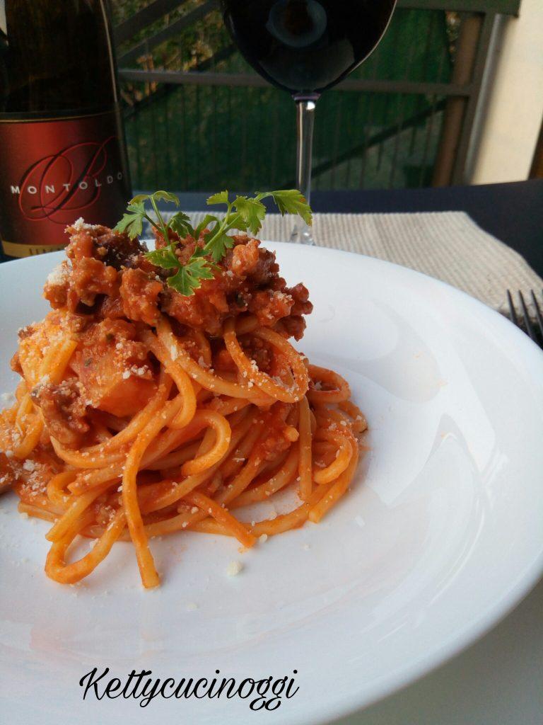 Spaghetti con sugo di salsiccia e funghi