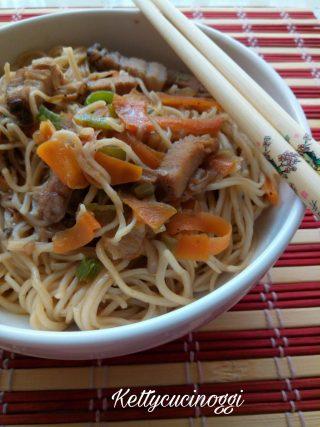 Noodles con verdure e carne