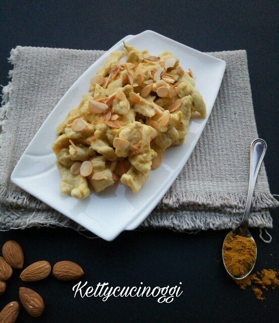 Straccetti di pollo mandorle e curry
