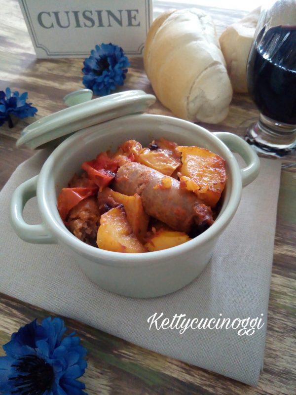 Ecco una volta pronte la nostra <i><b>Salsicce con patate e peperoni al forno</b></i> come si presenteranno.