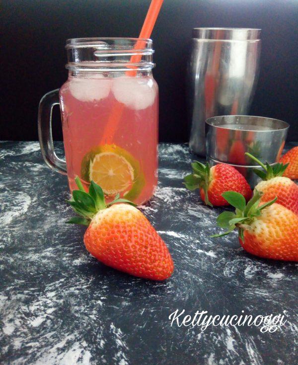 Spremiamo il succo di limone e lo filtriamo all'interno dello shaker, aggiungiamo il gin lo zucchero liquido e infine il ghiaccio chiudiamo e scuotiamo per qualche minuto sino a sentire che i cubetti di ghiaccio si sono rotti, se shakeriamo vicino all'orecchio sentiamo lo spezzarsi del ghiaccio. Versiamo in un bicchiere alto aggiungiamo la soda e per ultimo  mettiamo la vodka rossa.