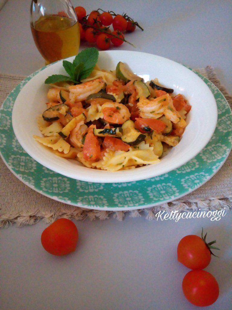 Farfalle con gamberetti zucchine e pomodori