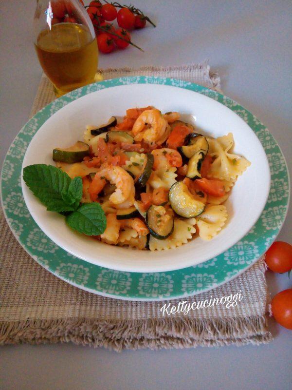 Una volta pronto possiamo servire a tavola, ed ecco come si presenterà il nostro piatto di <i><b>Farfalle gamberetti zucchine e pomodori</b></i>. Un primo particolarmente estivo, che possiamo mangiare sia caldo che freddo.