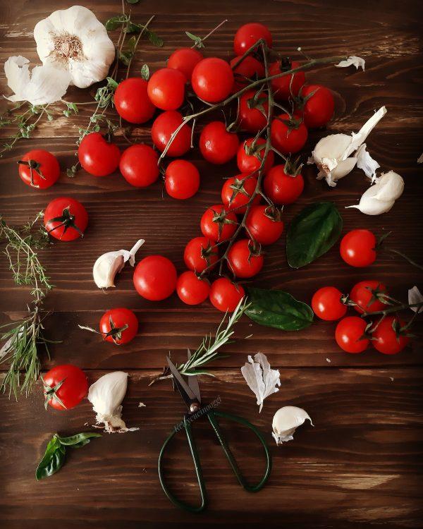 Laviamo con cura i pomodorini sotto l' acqua corrente e li asciughiamo con canovaccio pulito.
