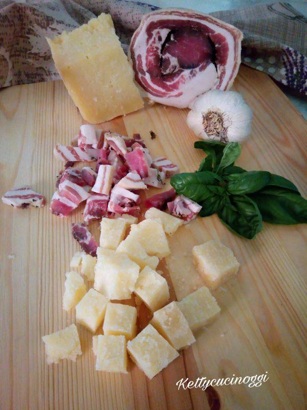 Per preparare i <i><b>peperoni cornetto farciti</b></i> per prima cosa li laviamo bene e li asciughiamo. Prendiamo il Formaggio pecorino e lo tagliamo a piccoli pezzi, tagliamo la pancetta a julienne e l' aglio a piccoli spicchi. Laviamo il basilico e lo asciughiamo tamponandolo leggermente.
