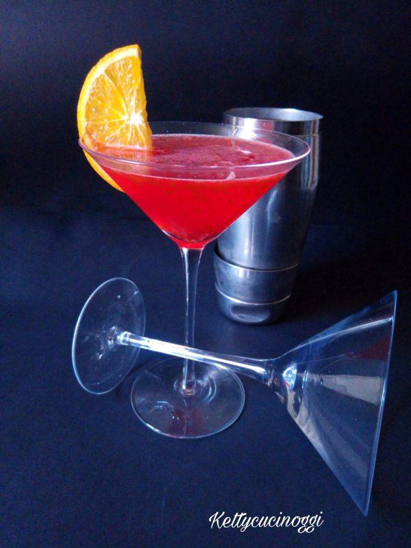 Ecco come lo presentiamo una volta pronto il nostro cocktail , bicchiere ghiacciato e fettina di arancia sul bordo.