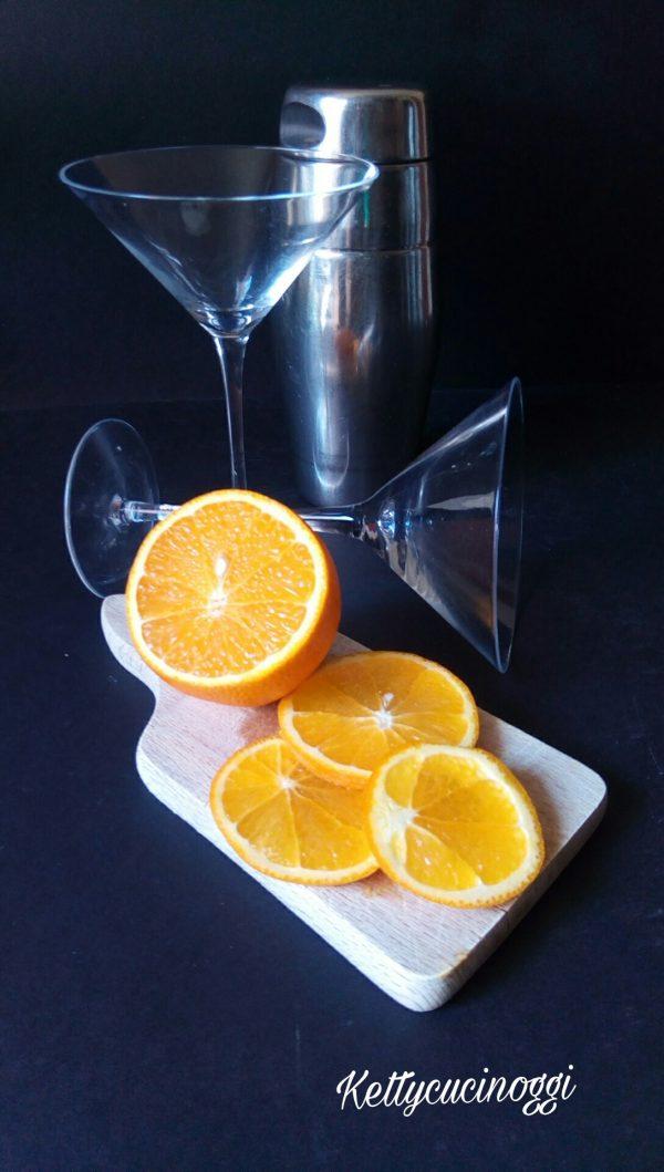 Per preparare il <i><b>campari shakerato con spruzzata di gin</b></i> ci vogliono davvero pochi ingredienti, iniziamo dal bicchiere che deve essere servito nella coppetta da cocktail, poi ci vogliono un paio di fette di arance, e lo shaker indispensabile per la preparazione del <b>campari shakerato</b>