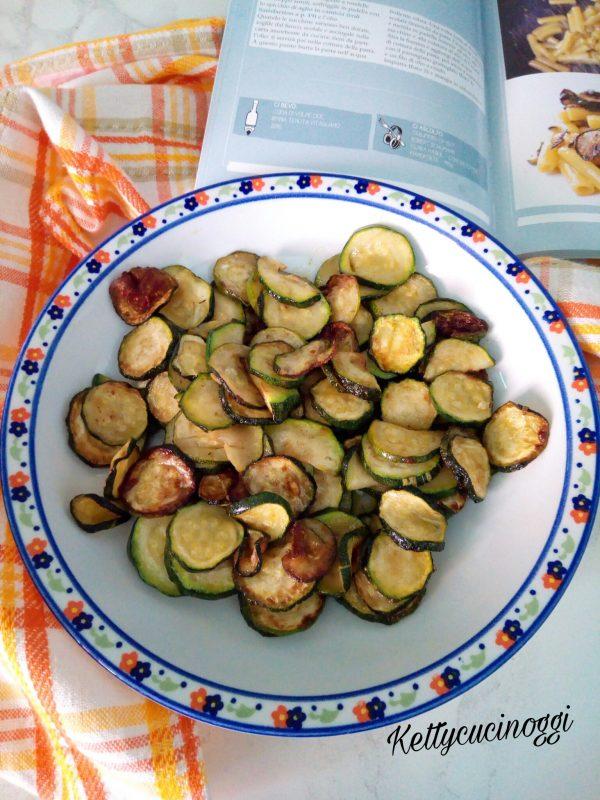 Le zucchine dovranno risultare ben dorante e croccanti, quindi le faremmo cuocere a fuoco vivace girandole spesso.  Una volta pronte le scoliamo dall'olio e le mettiamo in un piatto, perché poi l'olio usato per friggerle ci servirà a mantecare i Sedanini.