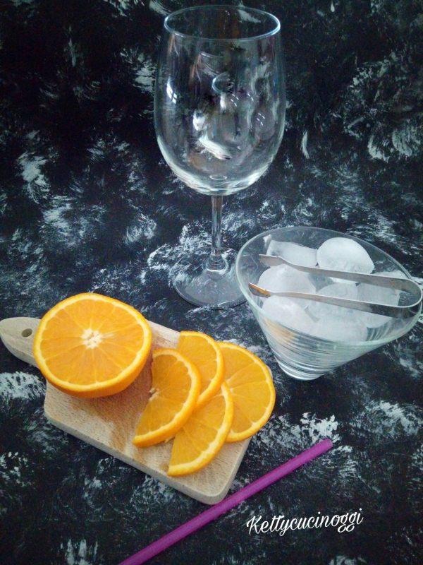 Per preparare il <i><b>Long drink Spritz</b></i> dobbiamo avere a casa il liquore Aperol, del buon prosecco, della soda o acqua gasata qualche cubetto di ghiaccio e fettina di arancia. Non c'è una regola specifica sul bicchiere da usare, in molti locali viene preparato nel bicchiere  old fashioned, o nel tumbler e infine per essere più elegante  nel calice del vino bianco. Io preferisco la terza opzione.