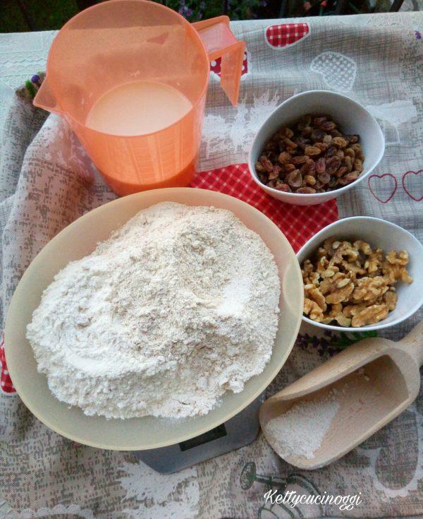 Per preparare  <i><b>Irish soda bread con noci e uvetta</b></i> dobbiamo per prima cosa mettiamo l'uvetta dentro una ciotola coperta di acqua calda in modo da ammorbidirsi, poi prepariamo il latticello, quindi dentro una brocca mettiamo il latte con il succo di limone e lo lasciamo riposare per qualche minuto.
