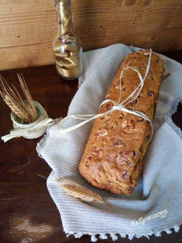 Una volta raffreddato lo mettiamo su un tagliere pronto da tagliare e mangiare, ecco come si presenterà il nostro <i><b>Irish soda bread con noci e uvetta</b></i>