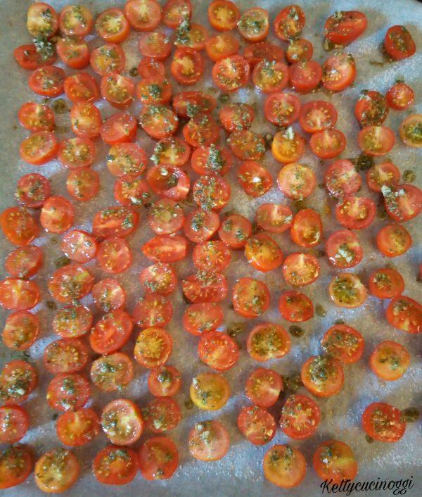 Sistemiamo  i nostri <i><b>Pomodorini Confit</b></i> su una leccarda ricoperta da carta a forno, saliamo e mettiamo il peperoncino, irroriamo il tutto con l'olio preparato prima e cospargiamo lo zucchero su ogni singolo  <b>Pomodorino</b>