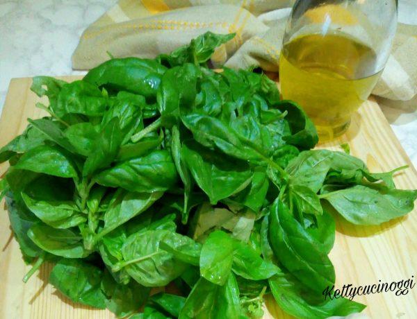 Per preparare il <i><b>Pesto di basilico alla genovese</b></i> per prima cosa laviamo bene il <b>Basilico</b> e lo asciughiamo su un canovaccio foglia per foglia.