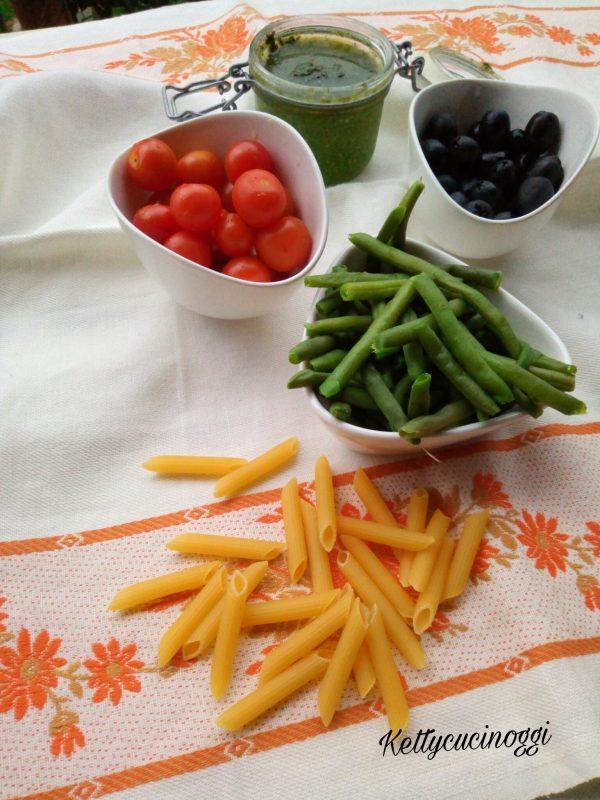 Per preparare le <i><b>Penne fredde alla ligure</b></i> il procedimento è facilissimo, basta avere davvero pochissimi ingredienti estivi come i pomodorini, i fagiolini le olive e il pesto e in un attimo avremmo un delizioso primo piatto che soddisferà al meglio i nostri palati e rendiamo felice la nostra famiglia.