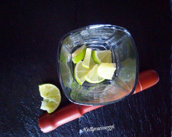 Tagliamo il lime a fettine, e lo mettiamo nel bicchiere, aggiungiamo lo zucchero di canna e spremiamo l'altra metà di lime nel bicchiere.