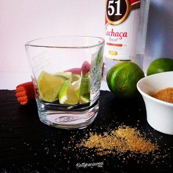 Per prerarare il <i><b>Cocktail Caipirinha</b></i> dobbiamo avere per prima cosa il bicchiere che può essere Old fashioned  alto oppure quello basso, per intenderci bene il classico Tumbler, poi dobbiamo avere un pestello che ci servirà per pestare e infine lime e zucchero di canna obbligatori e <b> Cachaça</b> originale.