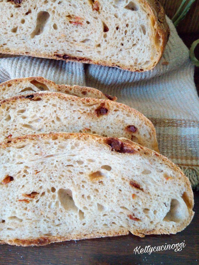 Pane con pasta madre e pomodori secchi