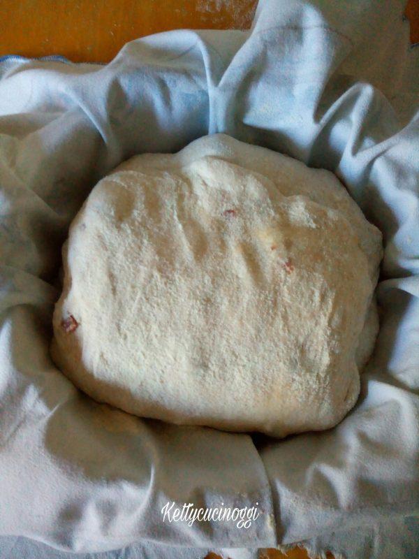 Adesso ricopriamo un cestino o un colapasta con un canovaccio, spolveriamo con abbondante farina di semola e riponiamo il pane dopo la piega senza dargli ulteriormente forma, copriamo e lasciamo raddoppiare, a me con questo caldo dopo neppure due ore è raddoppiato.