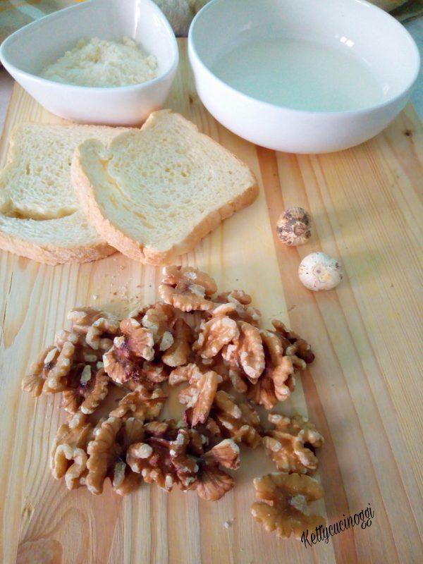Per preparare la  <i><b>Salsa alle noci</b></i> dobbiamo avere a casa delle buone noci, del pane bianco, aglio, qualche pinolo, formaggio grattugiato  del latte e dell'olio evo.