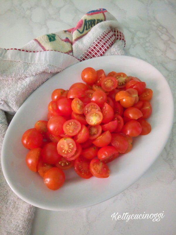 """Per preparare gli <b>Strozzapreti con pomodorini e salsa di noci</b></i> per prima cosa dobbiamo preparare la <a href=""""https://www.kettycucinooggi.com/salsa-alle-noci/"""">Salsa di noci</a>, poi prendiamo i <b>Pomodorini</b> li laviamo e li tagliamo a metà."""