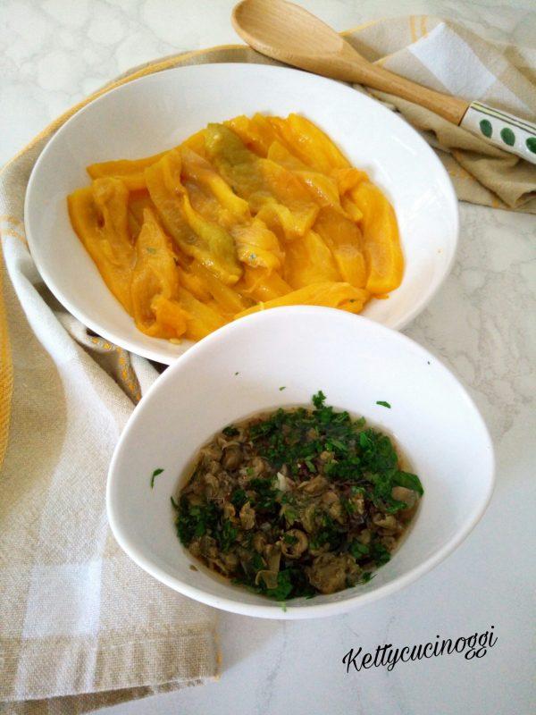 Tritare finemente l'aglio, i filetti di acciuga e i capperi che avremmo precedentemente lavati e asciugati  il peperoncino e per ultimo il prezzemolo. Mettiamo dentro una ciotolina e condiamo il tutto con l'olio extravergine di oliva.