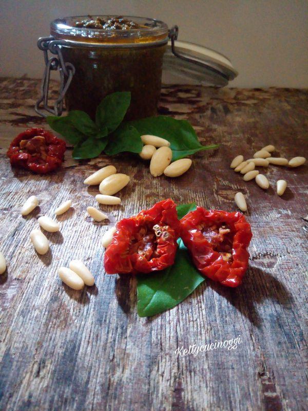 Una volta pronto il nostro  <i><b>Pesto con pomodori secchi</b></i> lo mettiamo in un vasetto coperto da olio extravergine e lo chiudiamo ermeticamente, in caso non dovessimo usarlo subito ha una durata di 7 giorni nel frigo.