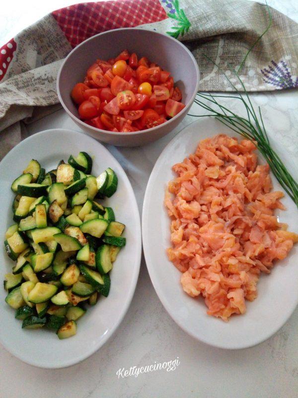 Laviamo i pomodorini e li tagliamo a metà, per ultimo apriamo la confezione di di salmone e lo tagliamo a listarelle.