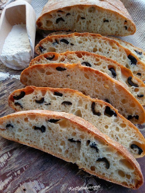 Ecco qui il nostro <i><b>Pane alle olive con pasta madre</b></i> come si presenterà al taglio una volta raffreddato.
