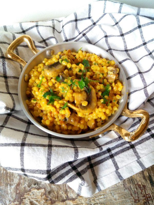 Una volta pronta la <i><b>Fregola risottata funghi e zafferano</b></i> la serviamo ben calda a tavola.