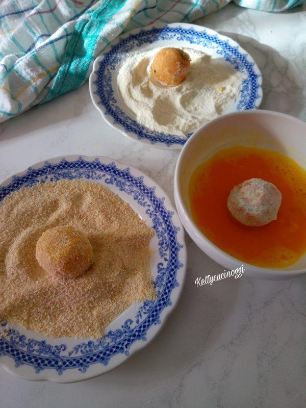Adagiamo per prima le <b>Polpette</b> nella farina, poi nell'uovo e infine nel pangrattato.