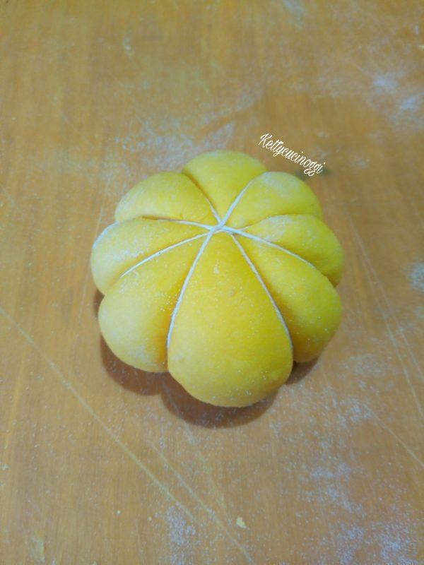 Una volta formato le palle li leghiamo con lo spago da cucina, quindi facciamo otto giri di spago in modo da ottenere otto spicchi.
