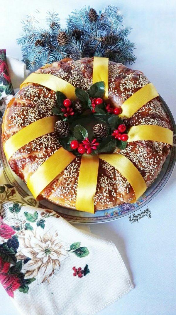 Ecco qui una volta pronta la nostra  <i><b>Corona natalizia di pan brioche salata</b></i> da mettere come centro tavola, vi ricordo che è ottima da mangiare con salumi e formaggi.