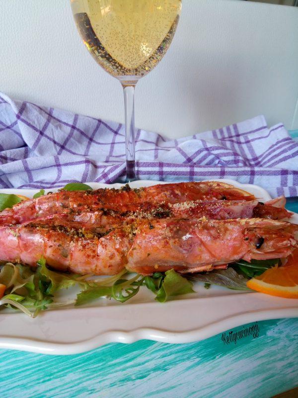 Serviamo così ben caldi  i nostri <i><b>Gamberoni gratinati al forno</b></i> accompagnati da un buon bicchiere di vino leggermente mosso.