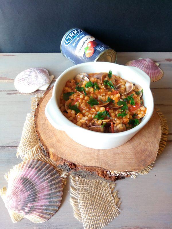 La nostra <i><b>Fregola con vongole e pomodorini</b></i> è pronta da servire a tavola.