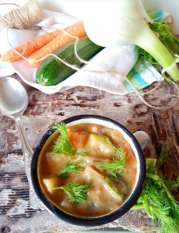 Prima di servire il nostro <i><b>Stufato mediterraneo con verdure</b></i> togliamo i rametti di rosmarino e aggiungiamo del prezzemolo fresco, e guarniamo con le foglie del finocchio.