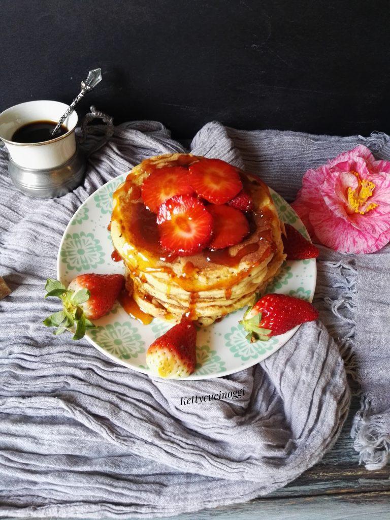 Pancakes integrali al miele e fragole