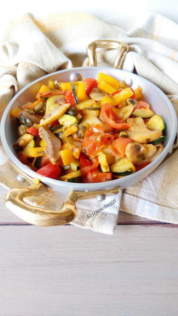 Per ultimo mettiamo i pomodorini tagliati a spicchio e lasciamo cuocere per una decina di minuti allungando se necessita con un bicchiere di acqua.