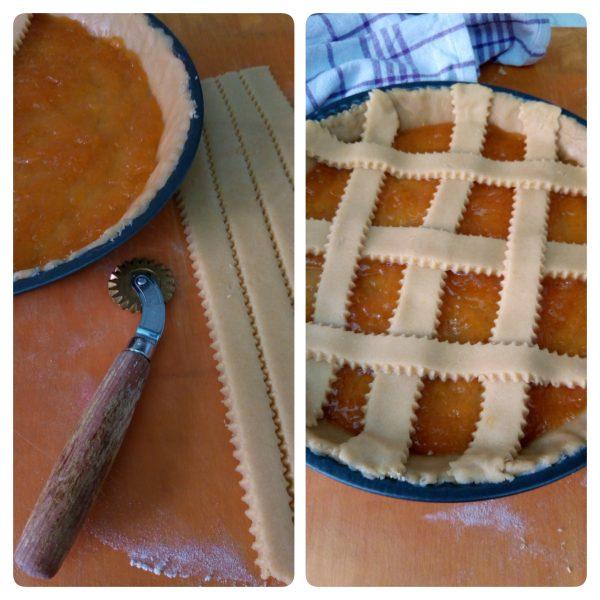 Stendiamo quello che ci resta della frolla e ricaviamo delle strisce che andremmo ad adagiare sulla <b>crostata</b>.