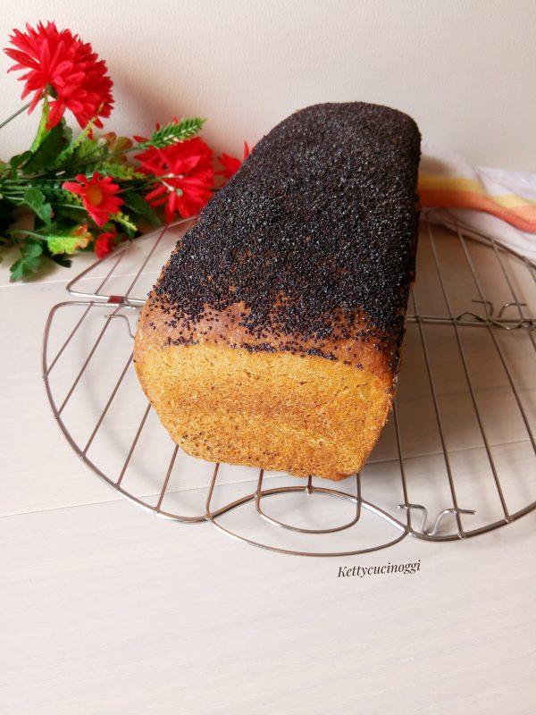 Una volta sfornato il <i><b> Pan carre' di farro e canapa ai semi di papavero </b></i> lasciamo raffreddare su una gratella prima di tagliarlo.