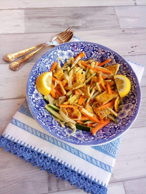 Ed ecco qui il nostro <i><b> Carpaccio di verdure con straccetti di pollo </b></i> tutto colorato pronto da servire a tavola.