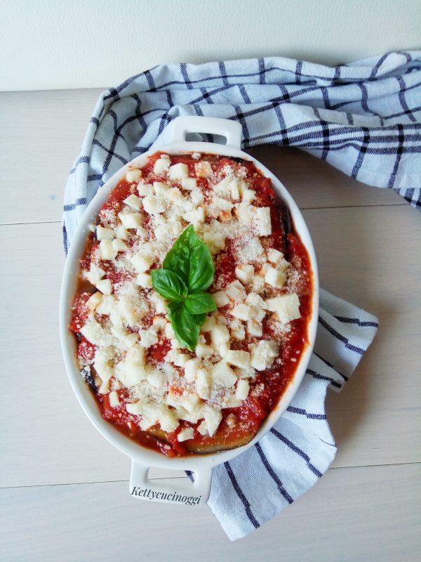 Continuiamo così sino alla fine di tutti gli ingredienti preparati per le <i><b> Melanzane grigliate alla parmigiana </b></i>