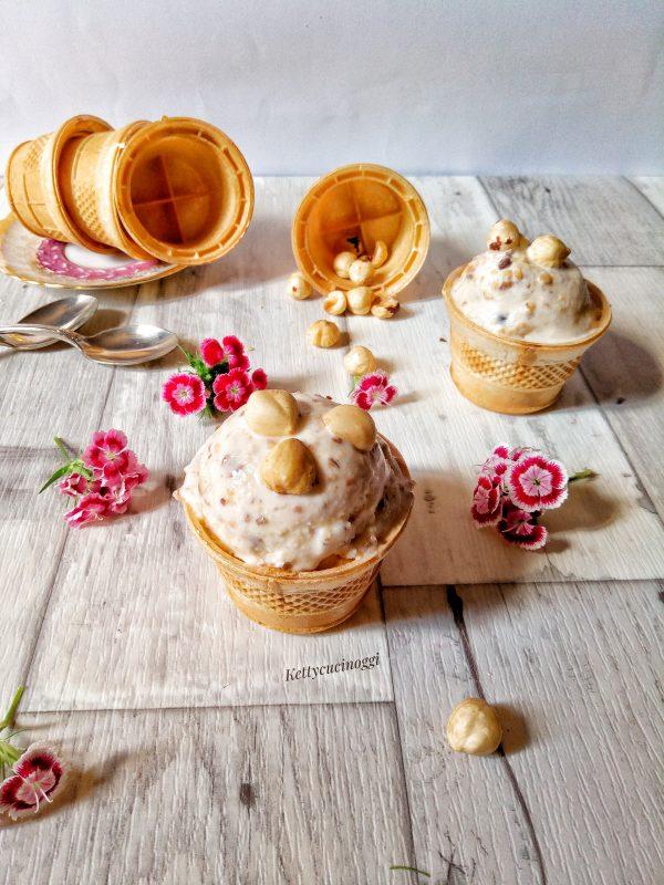 Il nostro <i><b>gelato cremoso alla nocciola</b></i> è pronto da servire come più preferite guarnendo con le nocciole tostate.