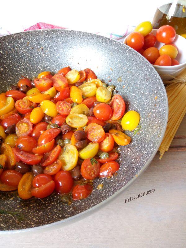Cuociamo sino a quando i pomodorini non saranno teneri e rilasciano il loro sughetto, quindi sminuzzare il basilico fresco, ci vorranno circa 10 minuti.