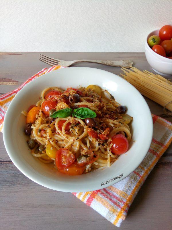 Prima di servire <i><b> spaghetti ammudicati ai quattro pomodorini </b></i>  in ogni piatto aggiungiamo il pangrattato tostato e serviamo a tavola ben caldi.