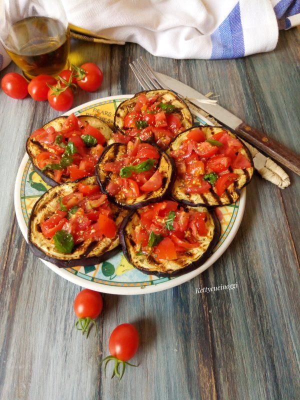 Ecco come saranno una volta pronte le nostre <i><b>Melanzane alla griglia con pomodorini e basilico</b></i>.