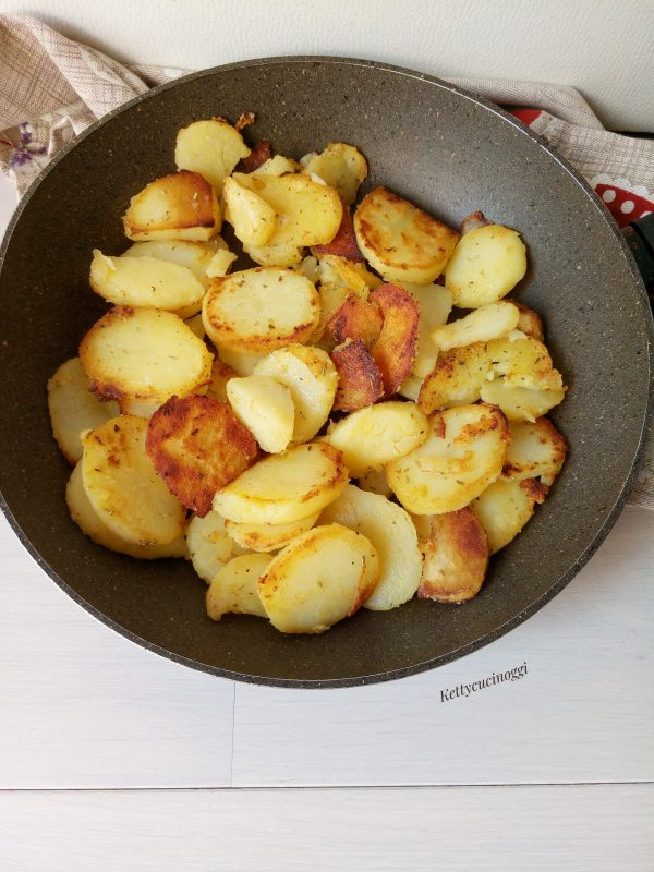 Tagliamo le <b>patate</b>  a rondelle e le mettiamo in padella con un po' di olio, saliamo leggermente, aggiungiamo le erbe di Provenza e le lasciamo cuocere sino a doratura.