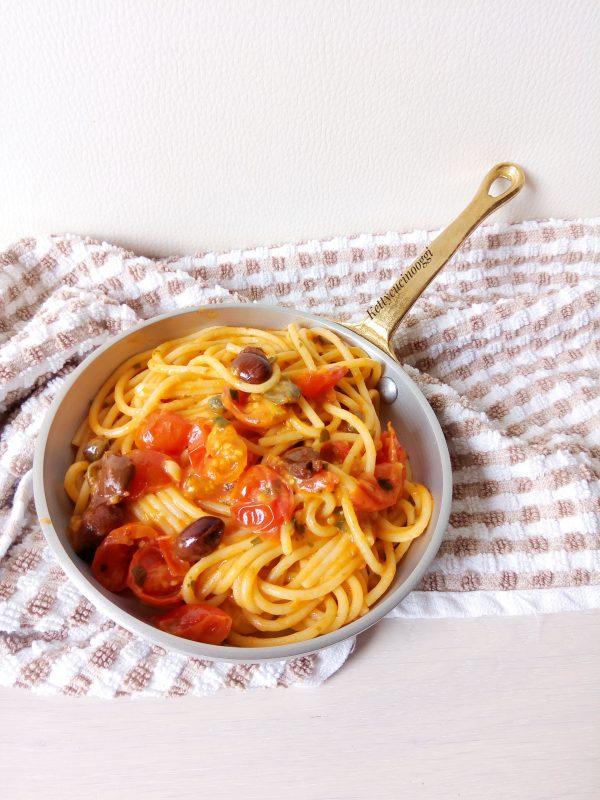 Servire a tavola ben caldi gli <i><b>Spaghetti con pomodorini alla puttanesca</b></i>.