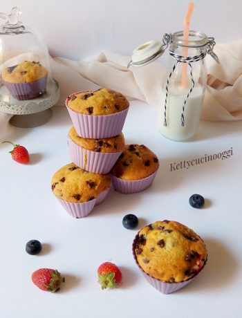 MUFFIN ALLA PANNA CON MIRTILLI E FRAGOLE