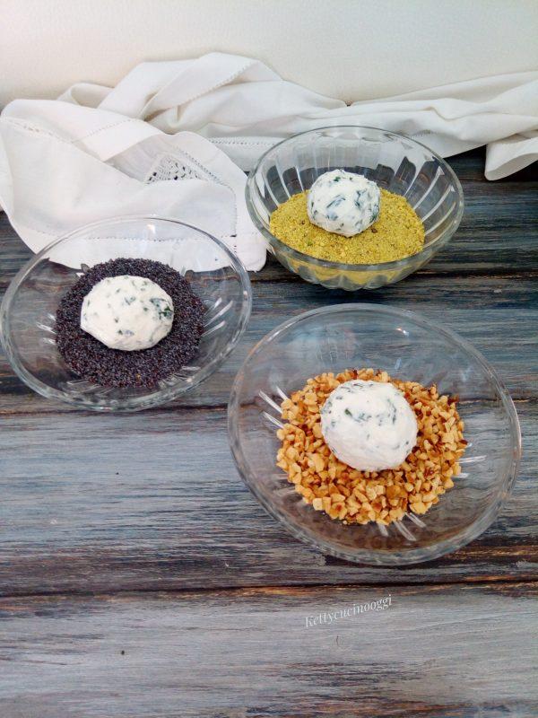 In tre ciotole diverse mettiamo il pistacchio, i semi di papavero, e le nocciole.