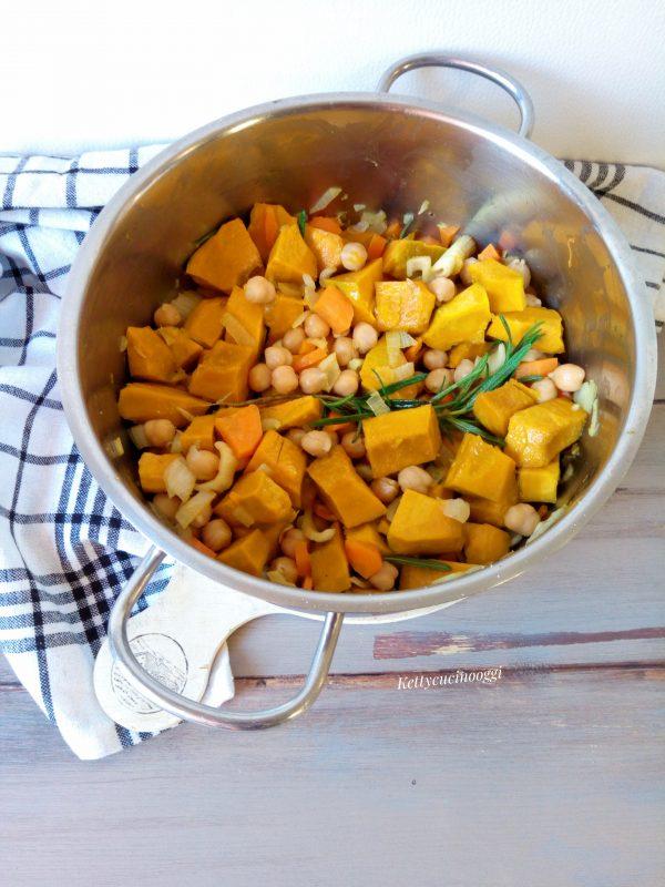Leghiamo la <b>salvia </b>  con il <b>rosmarino</b>  e la mettiamo dentro la casseruola insieme agli altri ingredienti, insaporiamo con sale e pepe.